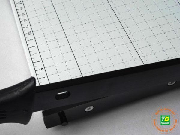 Khóa chốt an toàn của bàn cắt giấy Paper cutter A3